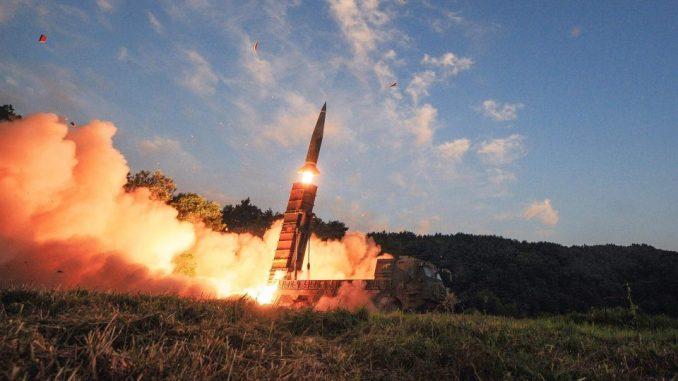 صاروخ هيونمو-2 البالستي الكوري الجنوبي خلال عملية تدريبية حية تهدف إلى مواجهة التجارب النووية لكوريا الشمالية (Getty)