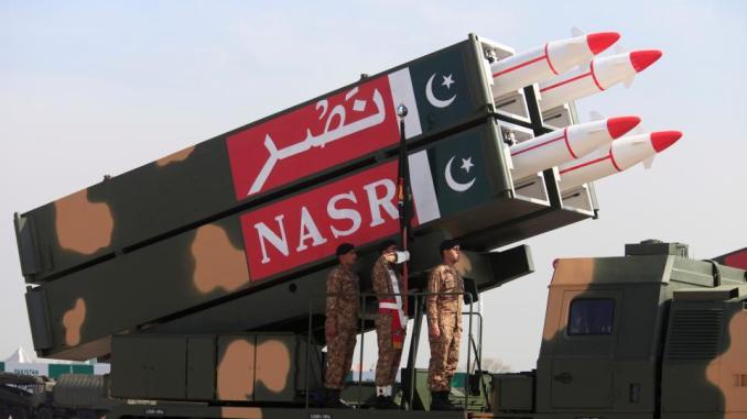 """عسكريون باكستانيون يقفون إلى جانب صاروخ أرض-أرض قصير المدى من نوع """"نصر"""" خلال العرض العسكري الذي نظمته باكستان في إسلام أباد، 23 آذار/مارس 2017 (AFP)"""