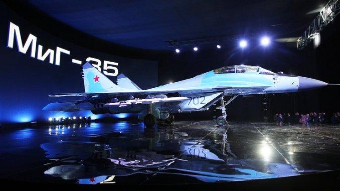 """مقاتلة نفاثة روسية متعددة المهام من طراز ميغ-35 أثناء عرضها في مصنع ميغ في لوخوفيتسي في 27 كانون الثاني/يناير 2017. إن مقاتلة """"ميغ-35"""" هي النسخة المحدّثة من نظيرتها """"ميغ-29"""""""