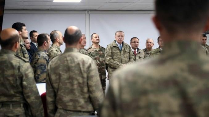 """صورة صدرت في 25 كانون الثاني/يناير 2018 تُظهر الرئيس التركي رجب طيب أردوغان أثناء زيارته لقاعدة العمليات في هاتاي في اليوم السادس من عملية """"غصن الزيتون"""" (AFP)"""