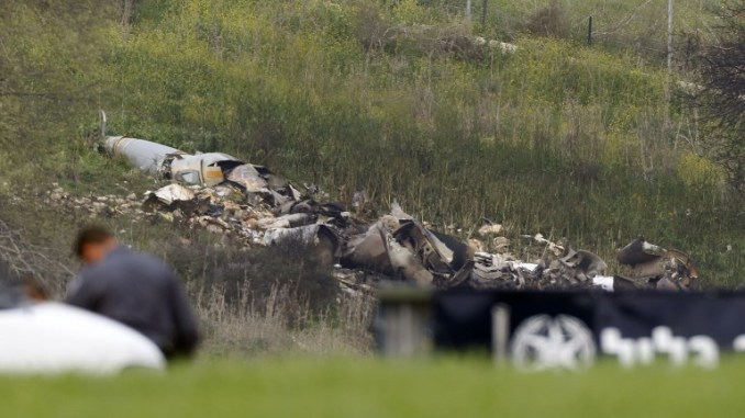 """صورة التقطت في كيبوتز شمال إسرائيل في 10 شباط/فبراير 2018 تُظهر بقايا طائرة أف -16 إسرائيلية تحطمت بعد تعرضها لإطلاق النار من قبل دفاعات جوية سورية خلال هجمات ضد """"أهداف إيرانية"""" في البلد الذي مزقته الحرب (جاك غويز/AFP)"""