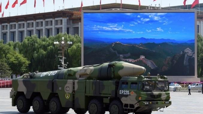 مركبة عسكرية تحمل صواريخ DF-21 على شاشة عرض تضم صورة لسور الصين العظيم في ساحة تيانانمن ببكين يوم 3 أيلول/سبتمبر 2015 بعد عرض عسكري للاحتفال بالذكرى السبعين للانتصار على اليابان ونهاية الحرب العالمية الثانية (AFP)