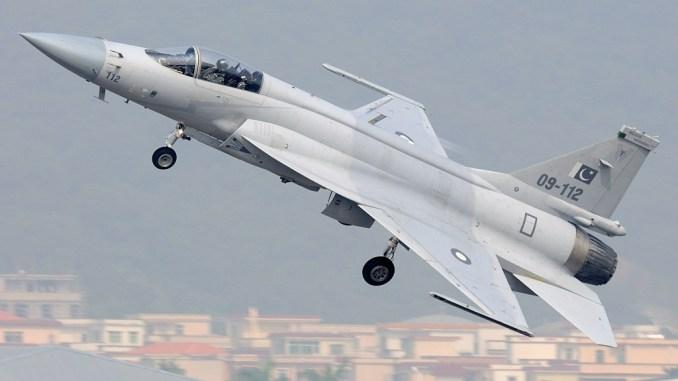 مقاتلة JF-17 Thunder الباكستانية خلال رحلة طيران