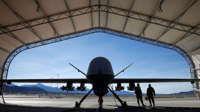 """طائرة """"أم كيو-9 ريبر"""" من دون طيار أميركية تتحضر لمهمة تدريبية في قاعدة كريتش الجوية في 17 تشرين الثاني/نوفمبر 2015 في ولاية نيفادا (AFP)"""
