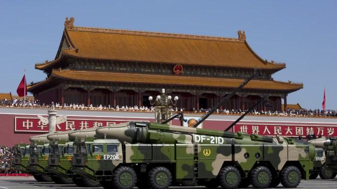 مركبات عسكرية صينية مزوّدة بصواريخ DF-21D المضادة للسفن تمرّ بالقرب من بوابة تيانانمن خلال عرض عسكري في ميدان تيانانمن في بكين يوم 3 أيلول/سبتمبر 2015 للاحتفال بالذكرى السبعين للانتصار على اليابان ونهاية الحرب العالمية الثانية (AFP)