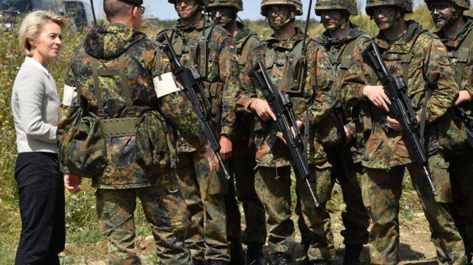 وزيرة الدفاع الألمانية مع عناصر من القوات المسلحة