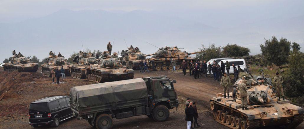 دبابات تركية وعناصر من الجيش التركية متمركزة على الحدود السورية في حسا بمحافظة هاتاي في 21 كانون الثاني/يناير 2018