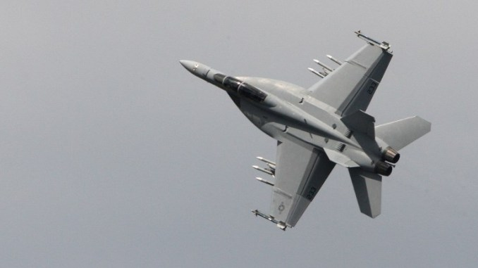 """مقاتلة """"أف-18 سوبر هورنيت"""" تنفّذ عرضاً جوياً في معرض باريس للطيران الـ47 في 19 حزيران/يونيو 2007 في مطار لوبورجيه (AFP)"""