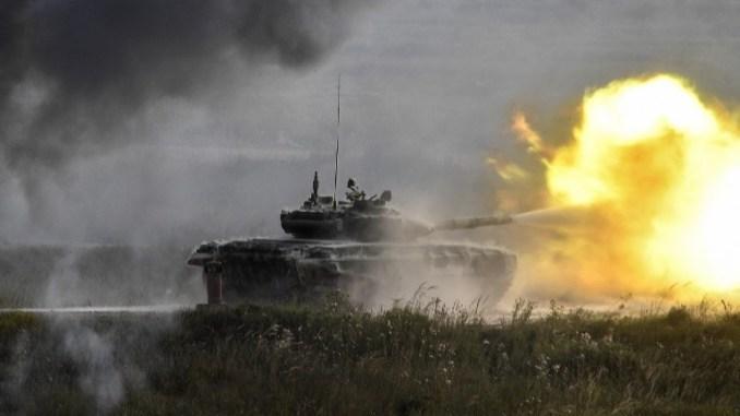 """دبابة """"تي-90"""" روسية تُطلق النيران في مجمع باتريوت خارج موسكو في 22 آب/أغسطس 2017 خلال اليوم الأول من المنتدى العسكري الدولي الروسي """"الجيش 2017"""" (AFP)"""