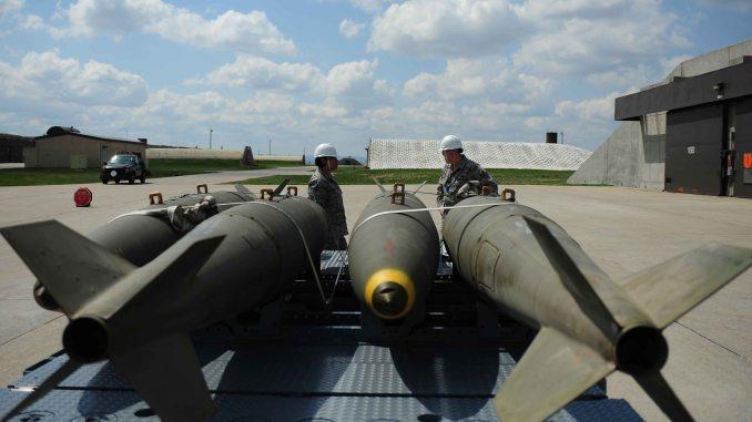 كبير الطيارين جنيفر بيترسون والموظt إرميا فيلبس يستعدان لتحريك قنابل MK-84 داخل هيكل صلابة في مستودع للأسلحة في 21 نيسان/أبريل الماضي (AF.mil)