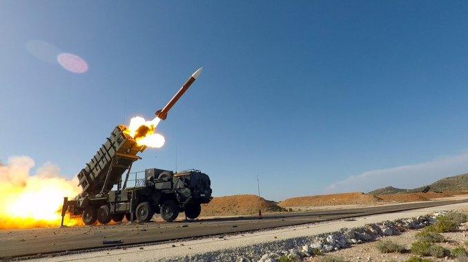 """لقطة لمنظومة الصواريخ """"باتريوت"""" خلال تمارين """"أرتميس سترايك"""" (Artemis Strike) التكتيكية بقيادة ألمانيا ومشاركة صواريخ """"ستينغر"""" في منطقة العمليات الحية التابعة لمنظمة حلف شمال الأطلسي في خانيا، اليونان من 31 تشرين الأول/أكتوبر إلى 9 تشرين الثاني/نوفمبر 2017 (أنتوني سويني، الجيش الأميركي)"""