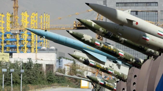 """صواريخ إيرانية خلال معرض أُقيم في 28 أيلول/سبتمبر 2014 يُجسّد الحرب بين إيران والعراق 1980-88، كجزء من """"أسبوع الدفاع المقدس"""" بمناسبة ذكرى حرب الـ8 سنوات، في حديقة شمال طهران (AFP/Getty Images)"""