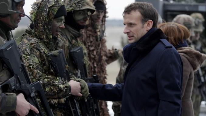 """الرئيس الفرنسي إيمانويل ماكرون (إلى اليمين) يتحدّث مع جنود أثناء حضوره التدريبات العسكرية في معسكر """"سويبس"""" العسكري بالقرب من ريمس في 1 آذار/مارس 2018 (AFP)"""