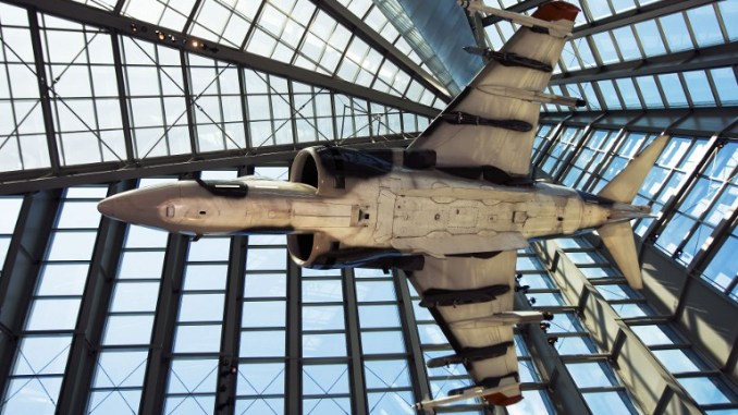 مقاتلة AV-8 Harrier تابعة لمشاة البحرية الأميركية يتم تعليقها ويحيط بها الزجاج في المتحف الوطني للقوات البحرية في 13 أيلول/سبتمبر 2007 في ولاية فرجينيا (AFP)
