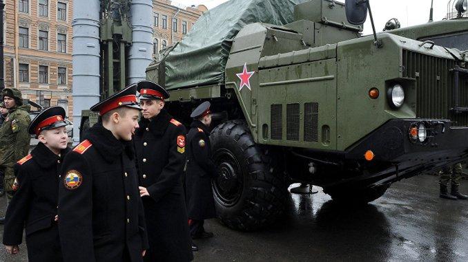 عناصر من الجيش الروسي بالقرب من نظام صواريخ أرض جو S-300 PMU خلال معرض عسكري بمناسبة عيد المدافعين عن يوم عيد الأب في سانت بطرسبرغ يوم 20 شباط/فبراير 2015 (AFP)
