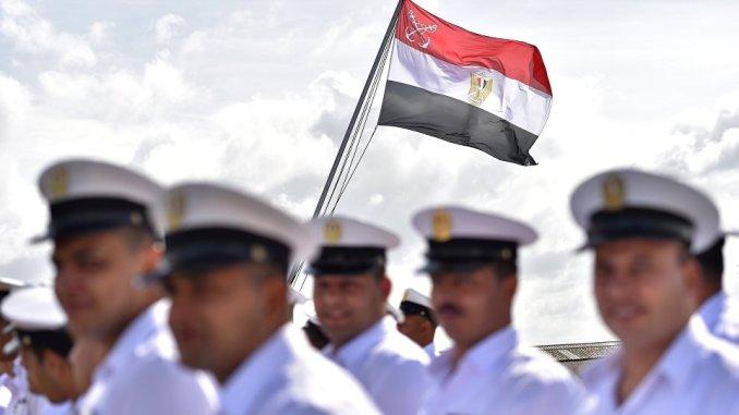 جنود مصريون يقفون على سفينة أنوار السادات العسكرية خلال مراسم العلم المصري في 16 أيلول/سبتمبر 2016 في سان نازير، غرب فرنسا (AFP)