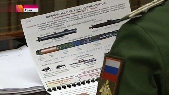 """مسؤول عسكري روسي يحمل نموذج عن مشروع """"ستاتوس–6"""" السري الذي اشتهر في الصحافة الأجنبية باسم سلاح """"يوم القيامة"""" (وكالة أنباء موسكو)"""