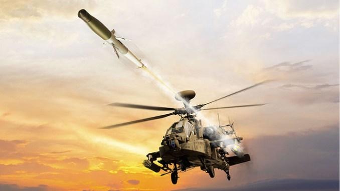 """لقطة تصويرية لمروحية أباتشي وهي تُطلق صاروخ APKWS (شركة """"بي إيه إي سيستمز"""")"""