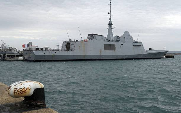 صورة التقطت في 3 كانون الأول/ديسمبر 2015 تُظهر الفرقاطة البحرية الفرنسية FREMM Aquitaine في ميناء بريست، غرب فرنسا (AFP)