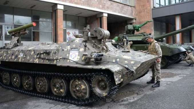 دبابة مسيرة أرمينية خلال معرض ArmHiTec-2018 (روسيا اليوم)