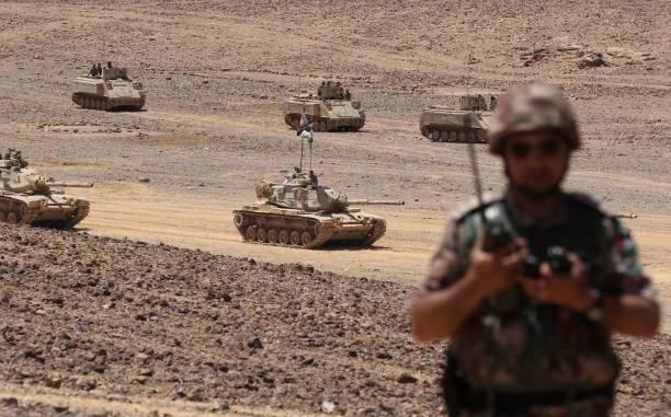"""دبابات خلال المناورات العسكرية السنوية المعروفة باسم """"الأسد المتأهب"""" بالقرب من معان على بعد حوالي 200 كيلومتر جنوب العاصمة عمان في 17 أيار/مايو 2017 (AFP)"""