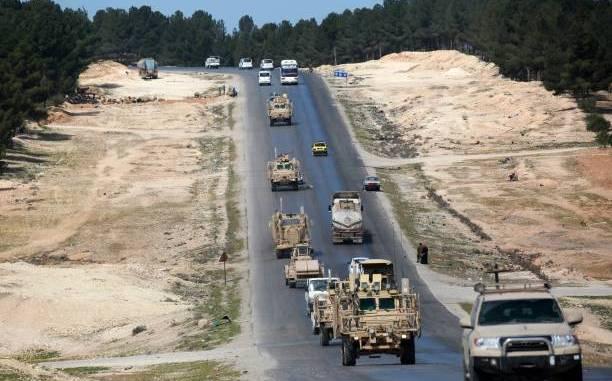 صورة تم التقاطها في 3 نيسان/أبريل 2018 تُظهر مركبات تابعة لقوات التحالف المدعومة أميركياً في مدينة منبج السورية الشمالية (AFP)