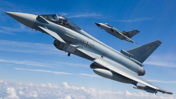 """مقاتلة """"يوروفايتر"""" ألمانية يوروفايتر (في الأمام) ونظيرتها """"تورنادو"""" (في الخلف) خلال مهمة تدريبية (شركة إيرباص)"""