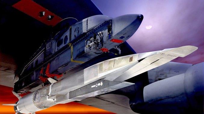 """يعمل سلاح الجو الأميركي مع شركة """"لوكهيد مارتن"""" لتصميم نموذج أولي جديد عن سلاح تفوق سرعته سرعة الصوت. وقد استكشفت الخدمة هذه التقنية من قبل سلسلة اختبارات على نظام X-51A Waverider الموضّح هنا تحت جناح قاذفة القنابل """"بي-52"""". (رسم غرافيكي لسلاح الجو الأميركي)"""