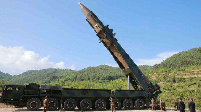 صورة التقطتها وكالة كوريا الشمالية الرسمية للأنباء (KCNA) في الرابع من تموز/يوليو 2017 يظهر فيها الزعيم الكوري الشمالي كيم جونغ أون وهو يشرف على اختبار إطلاق الصاروخ البالستي العابر للقارات Hwasong-14 في مكان مجهول (AFP)