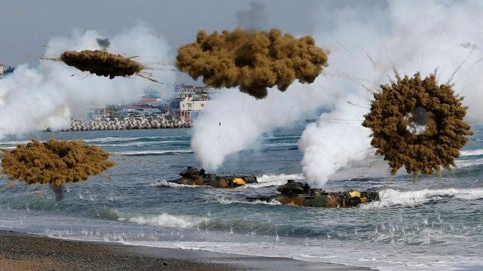مركبات هجومية برمائية تابعة لقوات المارينز الكورية الجنوبية تطلق قنابل دخان خلال مناورة النسر المشترك بين الولايات المتحدة وكوريا الجنوبية في عام 2017 (رويترز)