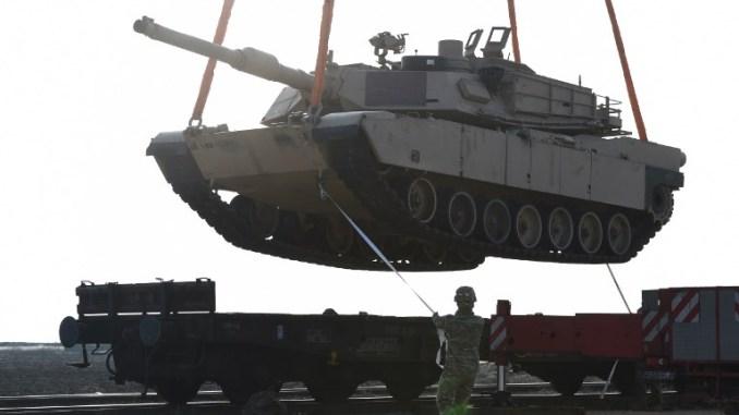 جندي أميركي يساعد في مناورة دبابة من محطة للسكك الحديدية حيث قام أفراد الجيش الأميركي بتفريغ المعدات العسكرية في قاعدة ميهايل كوجالنيسينو الجوية بالقرب من كونستانتا في رومانيا في 14 شباط/فبراير 2017 (AFP)