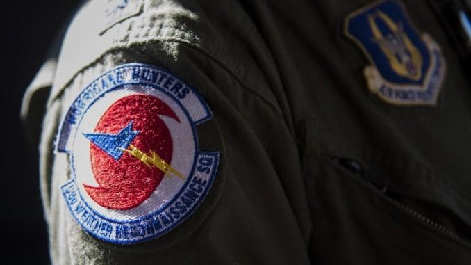 """لقطة لشعار طيار طائرة النقل """"سي-130"""" تابعة لسلاح الاستطلاع الجوي الخاص بمجموعة """"إعصار الصيادون"""" رقم 53 خلال الجولة الوطنية لعام 2017 من إدارة المحيطات والغلاف الجوي (NOAA) في مطار رونالد ريغان الوطني في واشنطن، فيرجينيا، في 9 أيار/مايو 2017 (AFP)"""