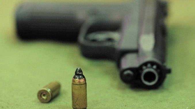 مسدس ورصاصات