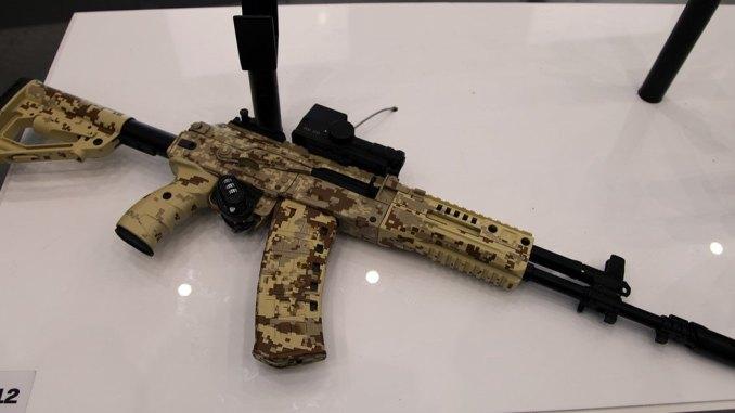 بندقية هجومية من طراز AK-12 معروضة في معرض أسلحة روسي. اختارت وزارة الدفاع الروسية البندقية ليتم تزويدها في صفوف قوات المشاة البرية والمحمولة جواً والبحرية في العام الجاري. (فيتالي أف. كوزمين/ ويكيميديا كومنز)