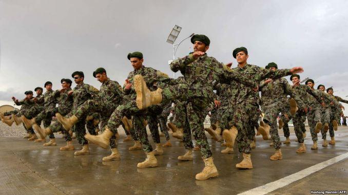 صورة التُقطت في 15 نيسان/أبريل 2018 تُظهر جنود من الجيش الوطني الأفغاني (ANA) وهم يسيرون خلال تمرين تدريبي لحفل تخرج في مركز تدريب في مقاطعة هرات (AFP)