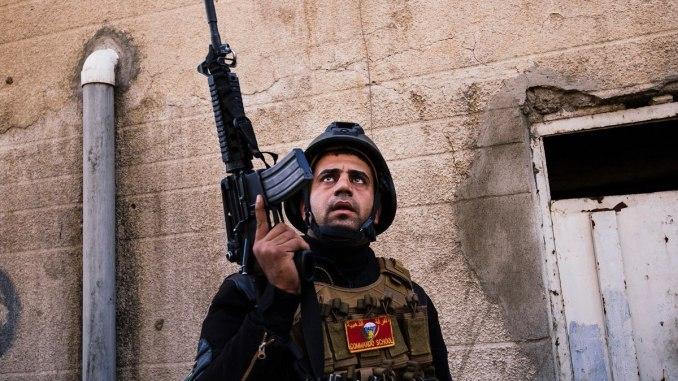 عضو في جهاز مكافحة الإرهاب التابع للقوات الخاصة العراقية في حي الجزير في الموصل بتاريخ 17 كانون الثاني/يناير 2017، خلال عملية عسكرية مستمرّة ضد مسلحي تنظيم الدولة الإسلامية (AFP)