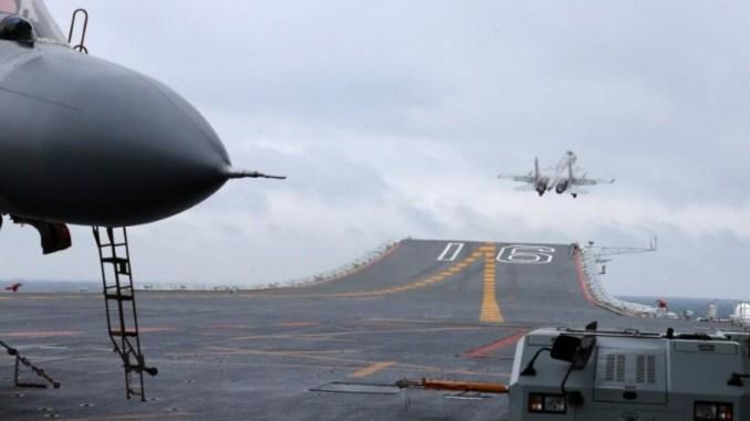 مقاتلة جيه-15 صينية تقلع من حاملة الطائرات لياونينغ خلال مناورة ببحر الصين الجنوبي (وكالة رويترز)