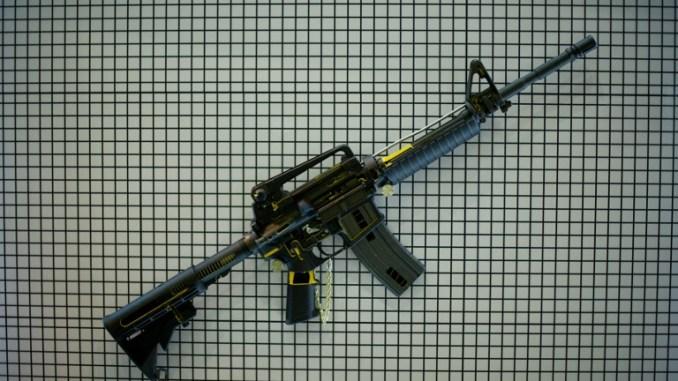 بندقية هجومية من طراز M4 Cabine معلّقة على حائط أثناء الاستعدادات للمعرض والمؤتمر الرابع عشر لخدمات الدفاع الآسيوية في مركز بوترا للتجارة العالمية (PWTC) في كوالا لمبور في 13 نيسان/أبريل 2014 (AFP)