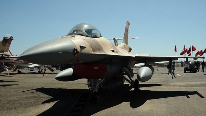"""صورة التقطت في 25 نيسان/أبريل 2014 تُظهر طائرة مقاتلة من طراز """"أف-16"""" للقوات الجوية الملكية المغربية خلال معرض جوي في مراكش (AFP)"""