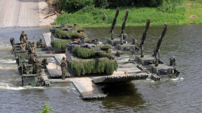 """مجموعة كتيبة القوة التابعة للناتو (EFP) خلال التمرين الدولي """"Iron Wolf 2017/Sabre Strike 2017"""" يوم 20 حزيران/يونيو 2017 (AFP)"""