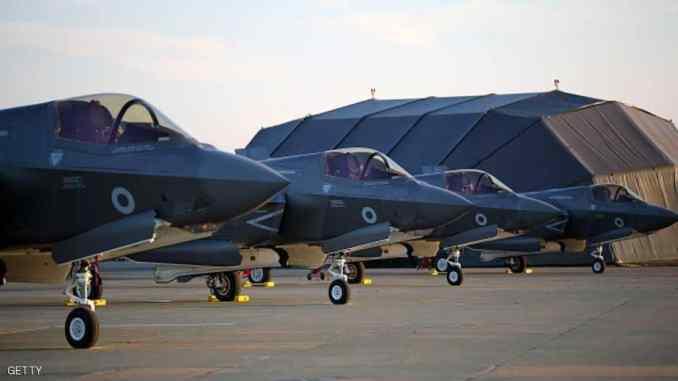 """أربع طائرات شبح من طراز """"أف-35"""" متمركزة في قاعدة سلاح الجو البريطاني في مارهام شرقي بريطانيا، قادمة من قاعدة مشاة البحرية الأميركية في بوفورت في ولاية ساوث كارولينا بالولايات المتحدة، ليلة 7 حزيران/يونيو الجاري (موقع سكاي نيوز الإخباري)"""