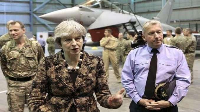 رئيسة الوزراء البريطانية تيريزا ماي خلال زيارة إلى قاعدة أكروتيري الجوية البريطانية في قبرص (أرشيف)