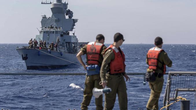 """بحارة إسرائيليون على متن السفينة """"إن إس هانيت"""" يشاركون في دورة تدريب """"نوفل دينا 17"""" في البحر الأبيض المتوسط (AFP)"""