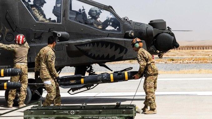 جنود من الجيش الأميركي يحمّلون صاروخ AGM-114 Hellfire على طائرة هليكوبتر من طراز AH-64E Apache في قندز، أفغانستان. سيحل صاروخ جو-أرض المشترك (JGAM) مكان الهيلفاير (الكابتن براين هاريس/الجيش الأميركي)
