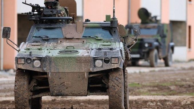 عربة مدرعة خفيفة (VBL) تابعة للجيش الفرنسي خلال تمرين في موقع تدريب المنطقة الحضرية للجيش (CENZUB) في 29 تشرين الثاني/نوفمبر 2012 في شمال فرنسا (AFP)