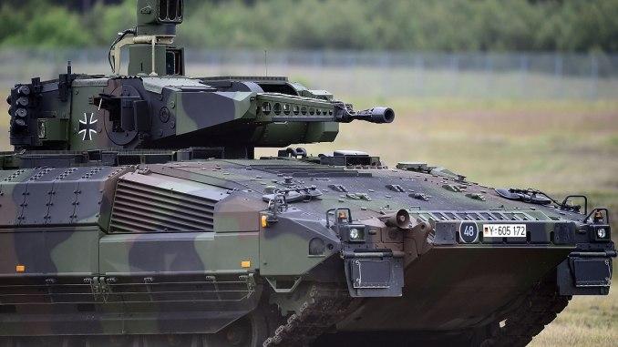 """مركبة المشاة القتالية """"بوما بانزر"""" (Puma Panzer) خلال مراسم تسليمها الرسمية إلى القوات المسلحة الألمانية في 24 حزيران/يونيو 2015 بالقرب من مدينة أولزن الألمانية (Getty Images)"""