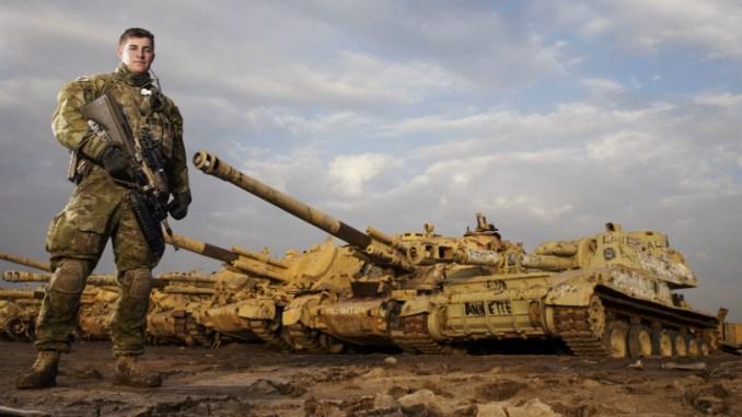 """عضو في مجموعة BPC التابعة لمجموعة المهام الأسترالية، وهي جزء من مساهمة الدفاع الأسترالية الأوسع في العراق، والتي يطلق عليها اسم """"عملية أورا"""" (Business Insider)"""