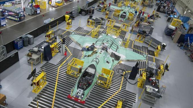 """لقطة لمقاتلات """"أف-35"""" التركية في منشأة شركة """"لوكهيد مارتن"""" الأميركية بولاية تكساس. تخطط أنقرة لتأمين 100 مقاتلة من هذا النوع خلال المرحلة القادمة، يتم الآن تجهيز 30 منها لصالح البلاد (وكالة الأناضول)"""