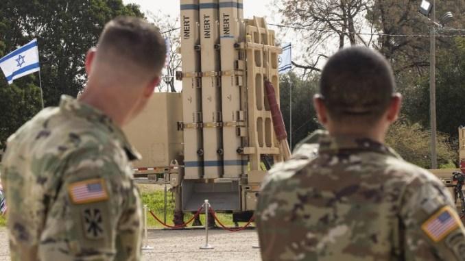 """جنديان من الجيش الأميركي ينظران إلى نظام مضاد للصواريخ """"مقلاع داود"""" خلال التدريب العسكري الإسرائيلي-الأميركي المشترك """"جونيبر كوبرا"""" في قاعدة هتسور الجوية في إسرائيل في 8 آذار/مارس 2018 (AFP)"""