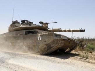 دبابة ميركافا 4 الإسرائيلية تتوغل على طول الحدود بين إسرائيل وقطاع غزة بالقرب من كيبوتز ناحال عوز في 8 حزيران/يونيو 2018 (AFP)
